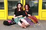 Alina mit Schwester barfuss in Duesseldorf