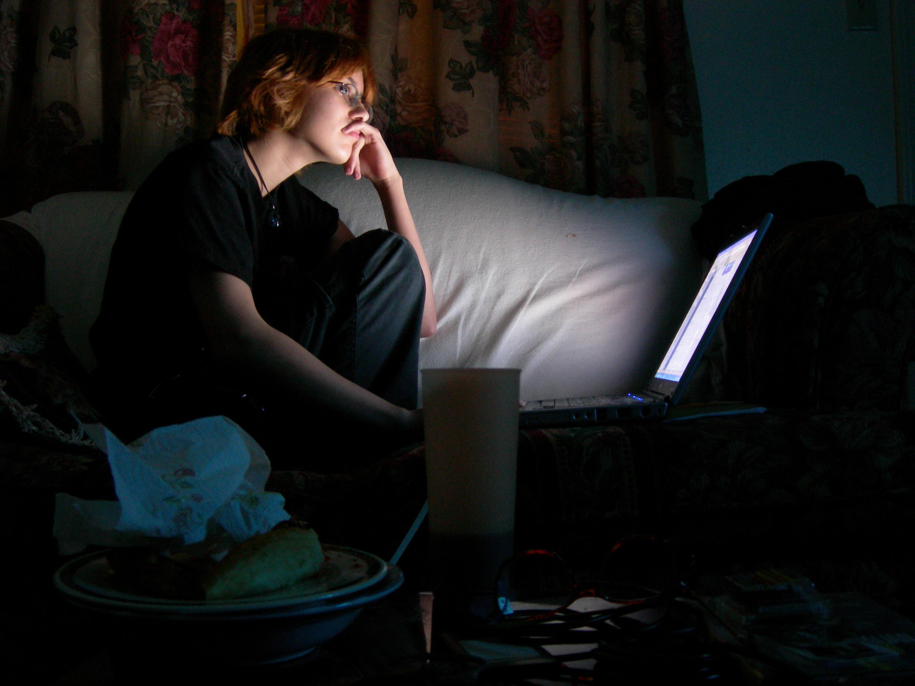 مخاطر إستعمال الانترنيت قبل النوم By_Dark_Of_Night_and_Laptop____by_LunaNeko