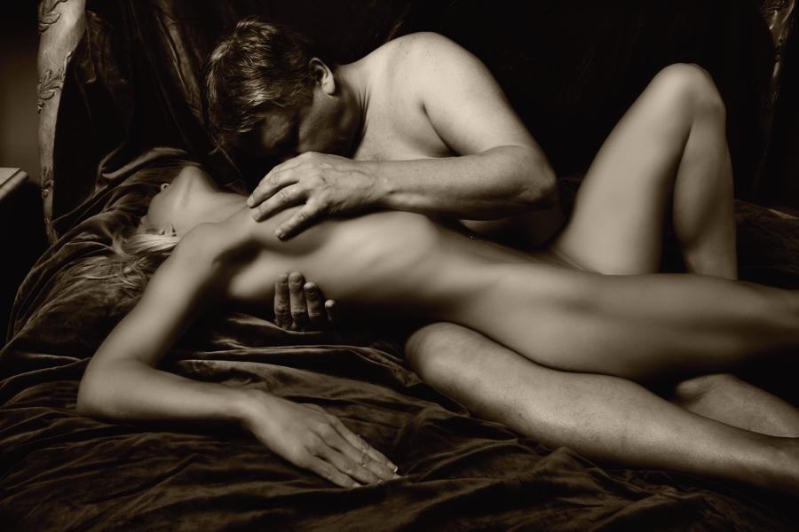 Фото как голые девушка и муж целуются