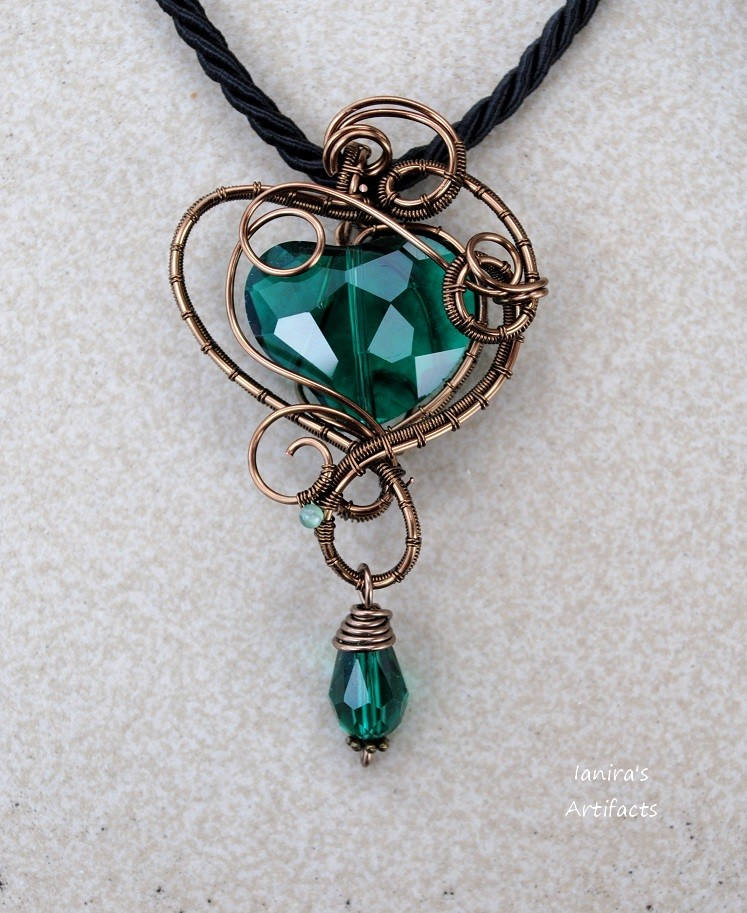Emerald green heart wire wrapped pendant - OOAK by IanirasArtifacts