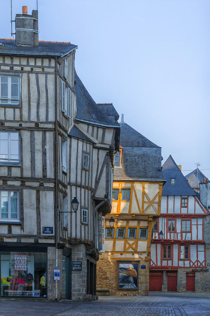 vannes chatrooms • doubles from £130 room only, +33 4 75 00 19 30, chateau-lesolivierscom château de picomtal, ecrins national park, alps this chateau dates from the 16th century (the watchtower from the 13th) and stands above the medieval village of crots.