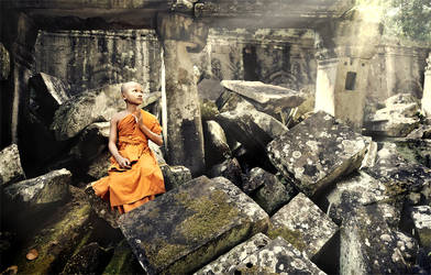 Praying monk at Ta Prohm by GregoriusSuhartoyo