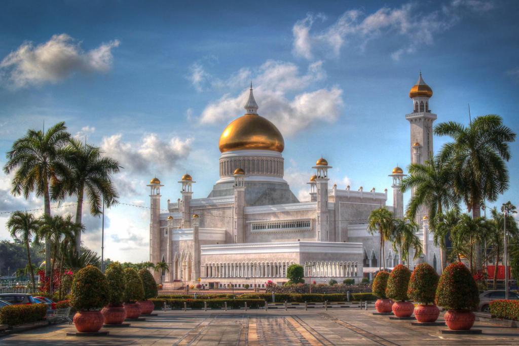 Sultan Omar Ali Saifuddin Mosque by DrDrum666