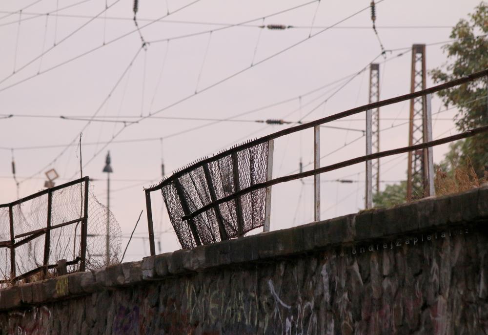 Broken Fence by ondrejZapletal