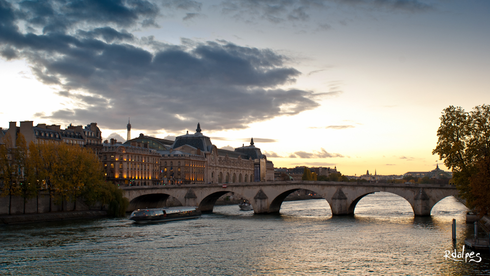 Sunset in Paris by rdalpes