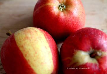 three apples by GeaAusten