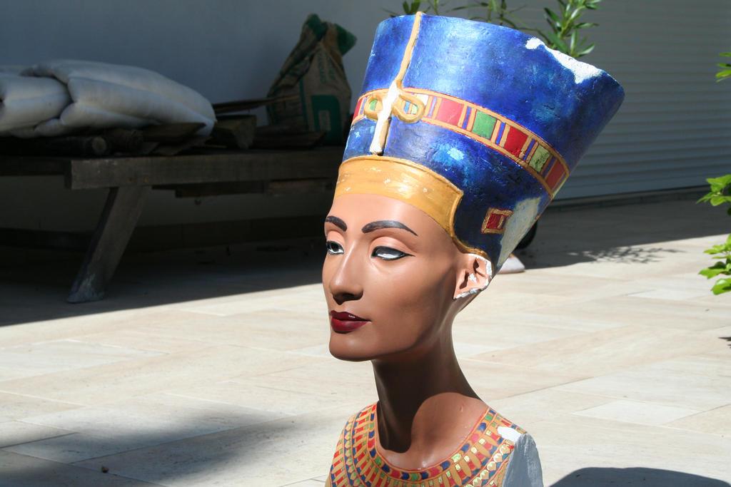 Buste de Nefertiti en lumiere reelle 6 by Neferlange
