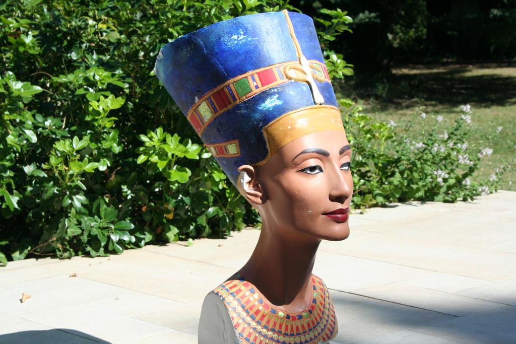 Buste de Nefertiti en lumiere reelle 7 by Neferlange