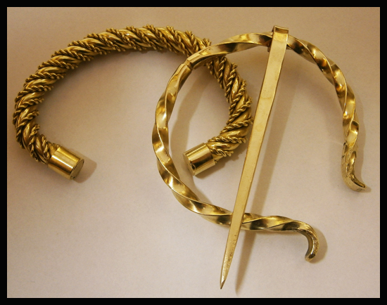 [Obrazek: brass_fibula__brooch__and_bracelet_by_si...75qy09.jpg]