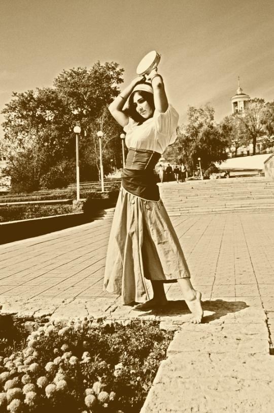http://orig01.deviantart.net/2823/f/2010/331/a/4/gipsy_girl_by_alexpianistka-d33po1k.jpg
