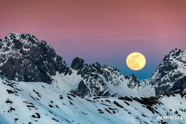 Moonrise by TobiasRoetsch