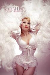 Burlesquedancer Xarah - White Burlesque Feathers