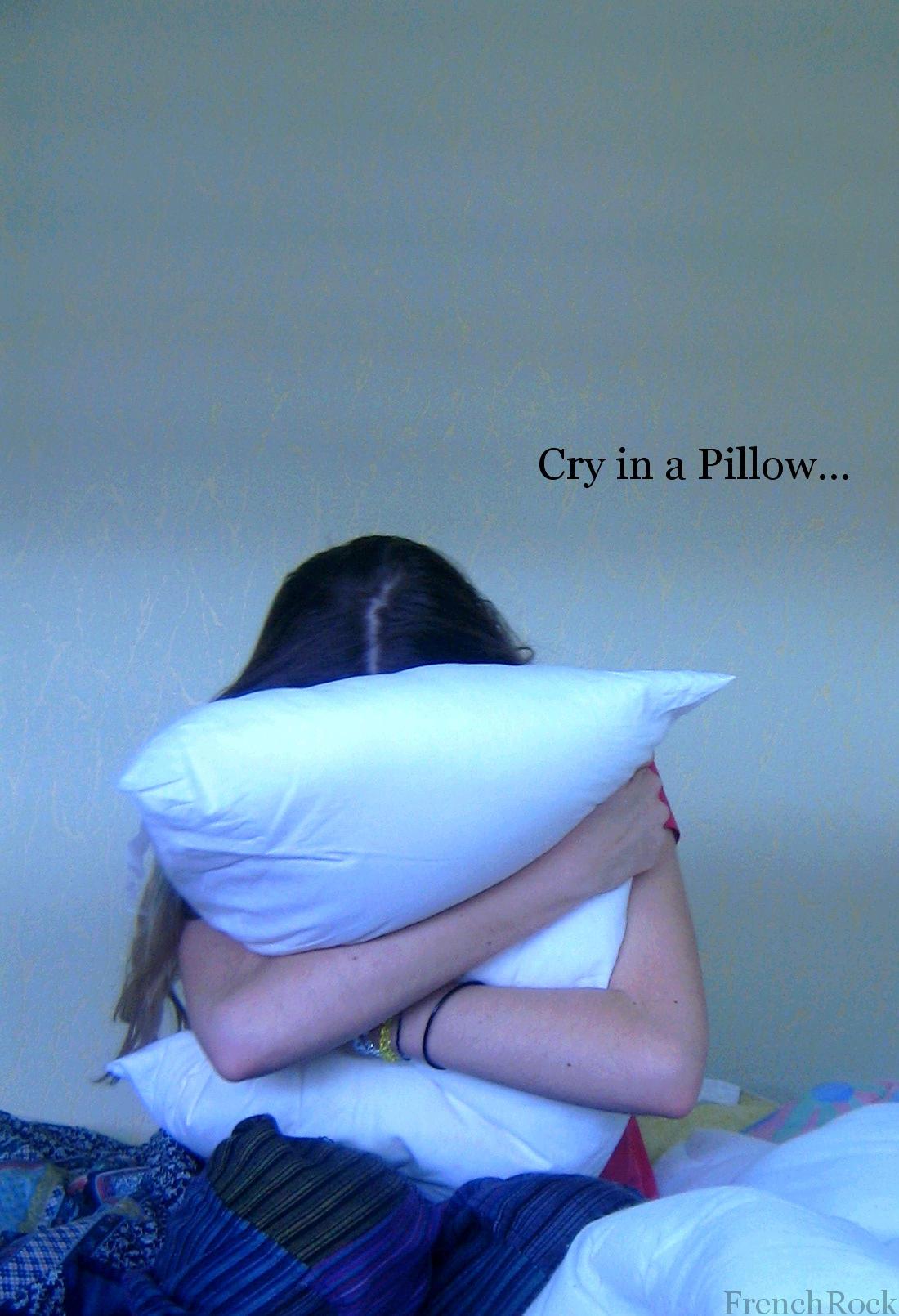 Фото девушки плачущей в подушку