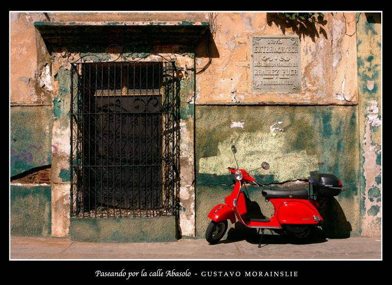 Paseando por la calle Abasolo by S-Morph