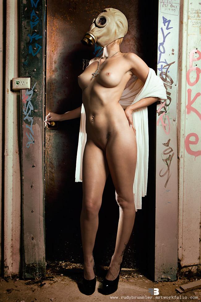 голые девушки в противогазе на рабочий стол неё