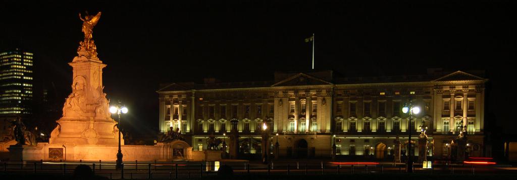 Buckingham Palace by robertbeardwell