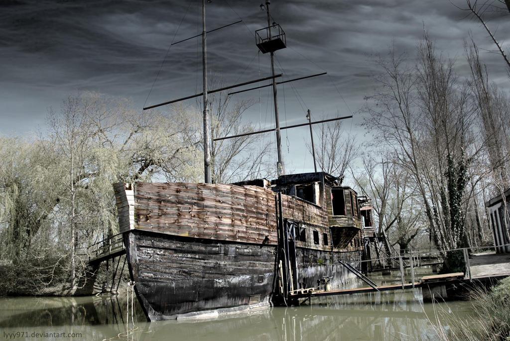 Abandoned boat by lyyy971