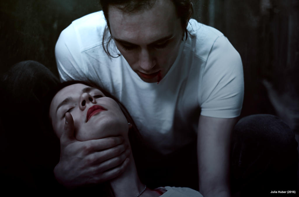 vampires biting people - photo #15