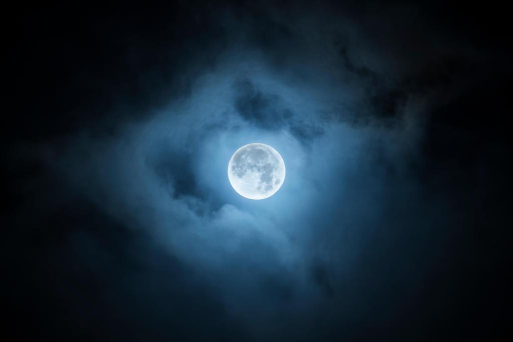 Full moon by AnnikaWandall
