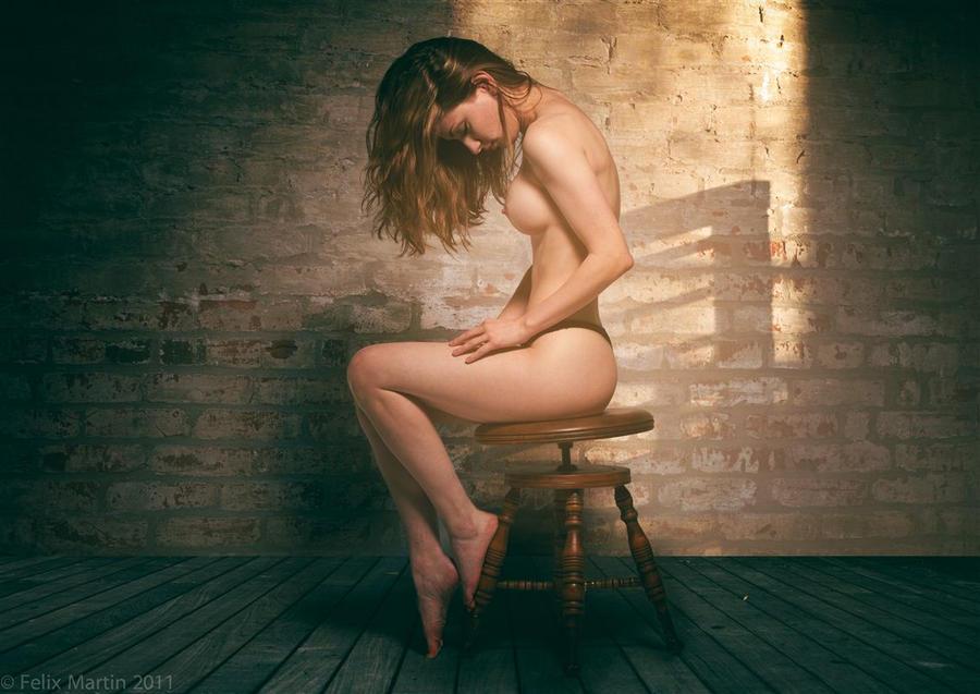 Фото голой девушки сидящей спиной 32186 фотография
