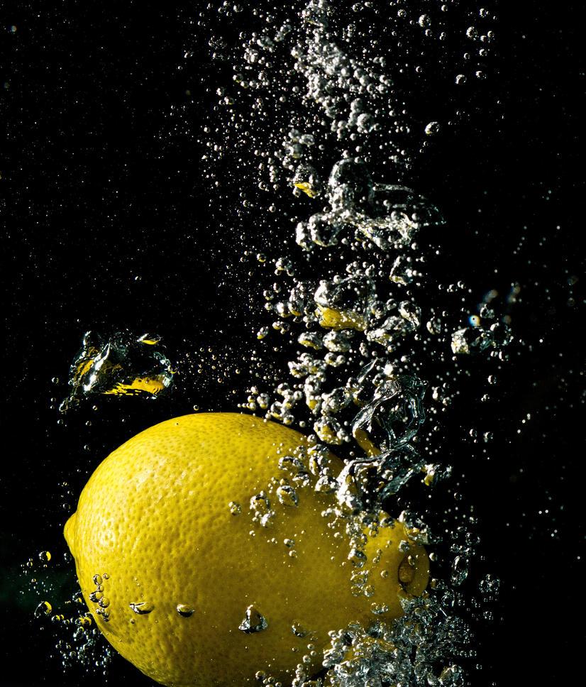 Lemon in water by boyguls