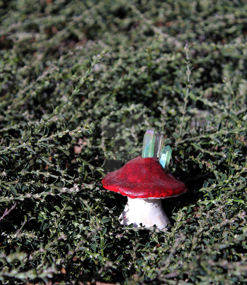 Stub Mushroom Crystal (Dark Red, Light Crystals) by Gummi-Zombie
