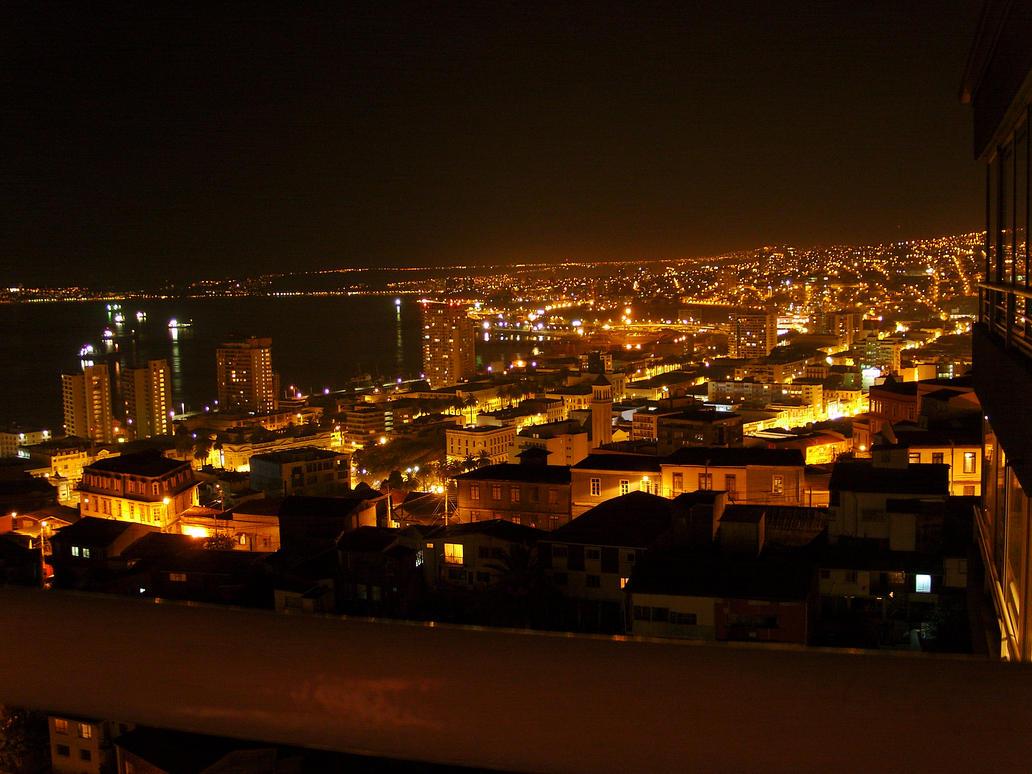 Valparaiso de noche by PyrospyWv