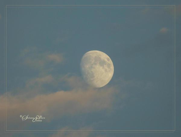 waxing gibbous Moon by HikarinoChou