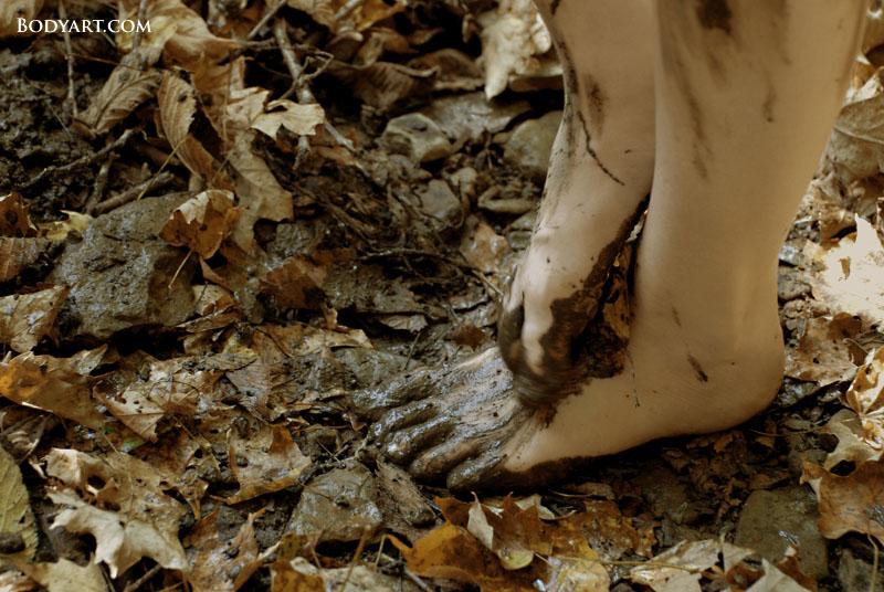 http://fc02.deviantart.net/fs21/f/2007/282/6/3/Merci_Rae_Barefoot_Muddy_Feet_by_Bodyartist.jpg