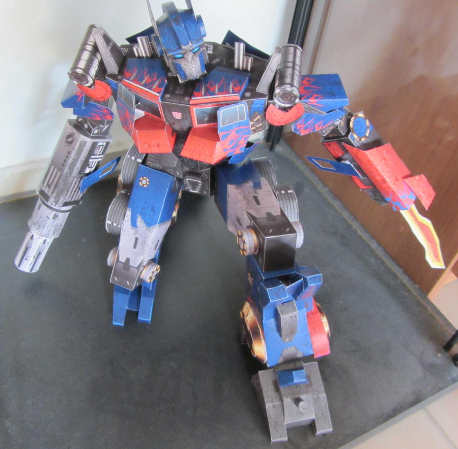 'Simple' Optimus Prime by aim11
