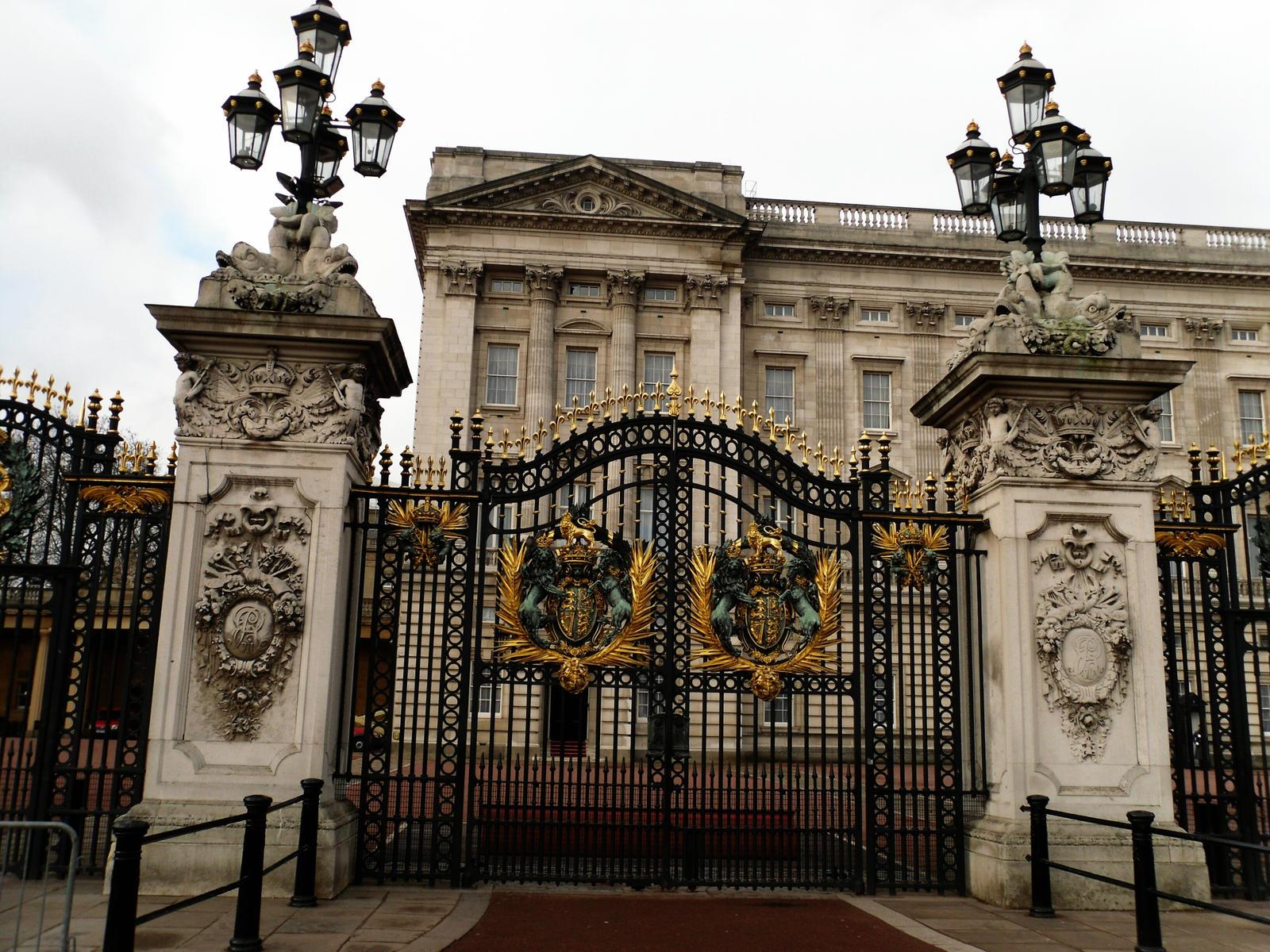Buckingham palace gate by londonicious on deviantart