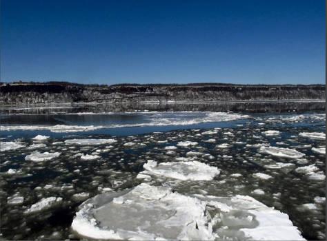 Ice flows on the Hudson