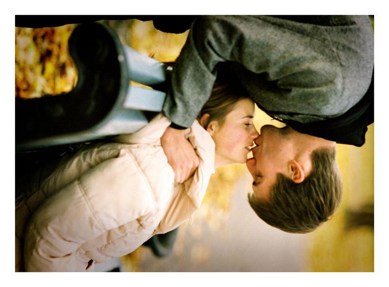 http://fc03.deviantart.com/fs21/i/2007/309/c/4/Spiderman_kiss_by_BigboyDenis.jpg