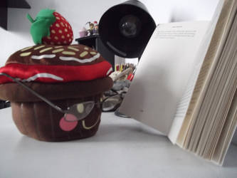 Reading Cupcake by Universual-Light001
