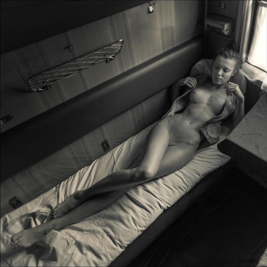 тут девушке спит в поезде видео почему это нужно