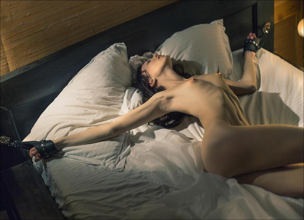 Подняв сексуальные девушки на кровати фото могу