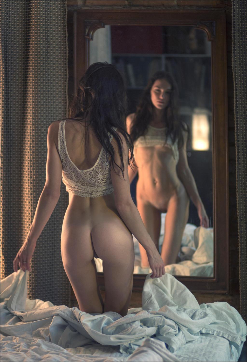 голые девушка у зеркала стараемся поддерживать сайт