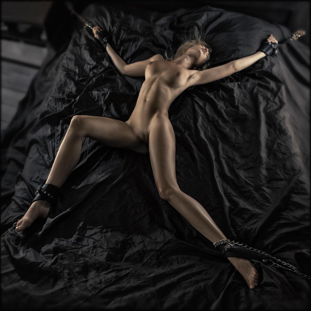 Привязанная к кровати девушка порно 21 фотография