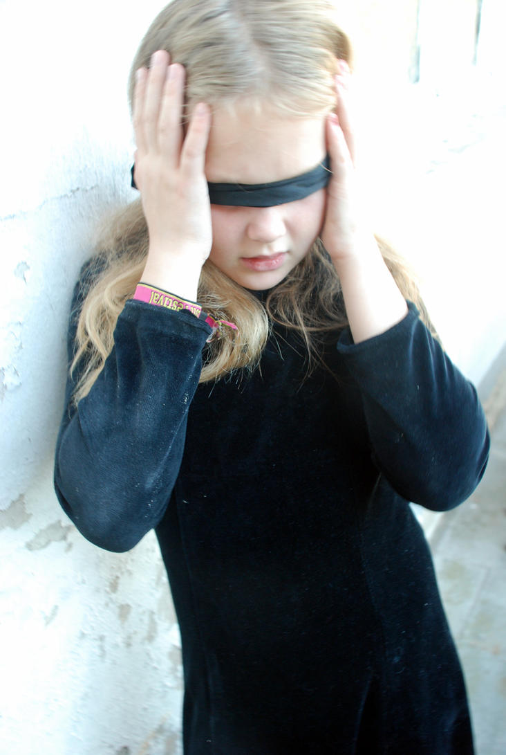 blindfolded girl doesnt know its a 3way