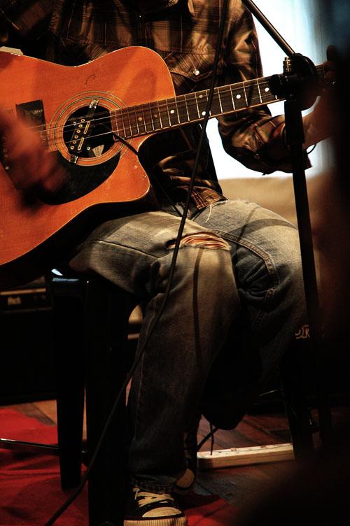 Kenapa la aku tak pandai main gitar...