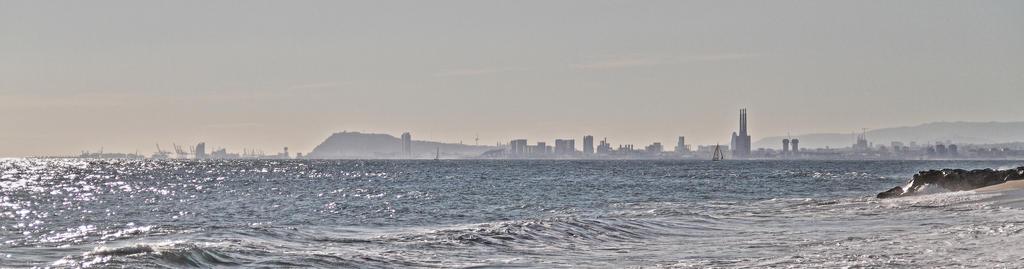 Barcelona emergiendo de las aguas