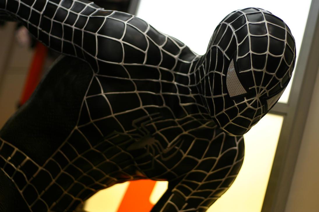 фото человека паука в черном костюме солнечное затмение, наоборот