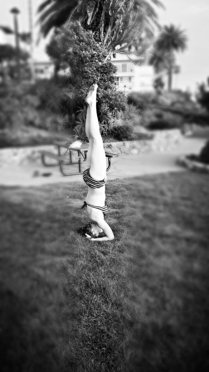 Headstand by AgatsumaSoubisan