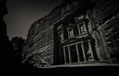 Night at Al-Khazneh by BaciuC