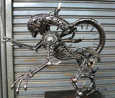 Metal Alien sideview by Kreatworks