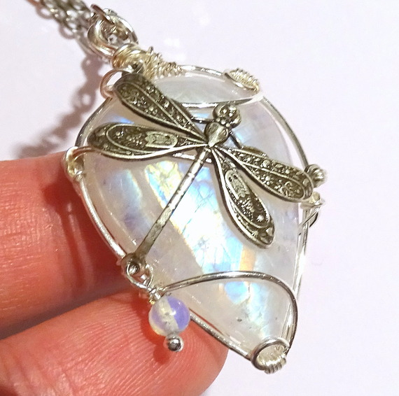 Collier pierre de lune et libellule by Magic-Jewels