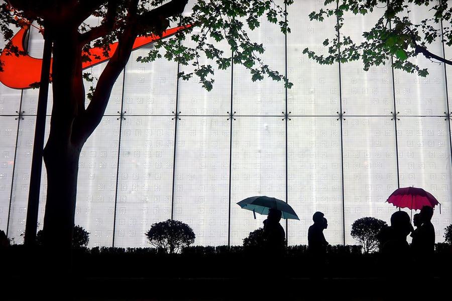Light rain in Shanghai by eswendel
