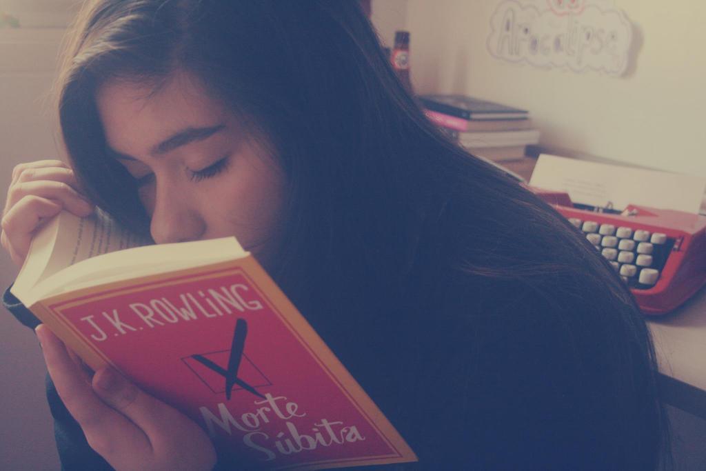Kenapa Banyak Orang Suka Mencium Aroma Buku?