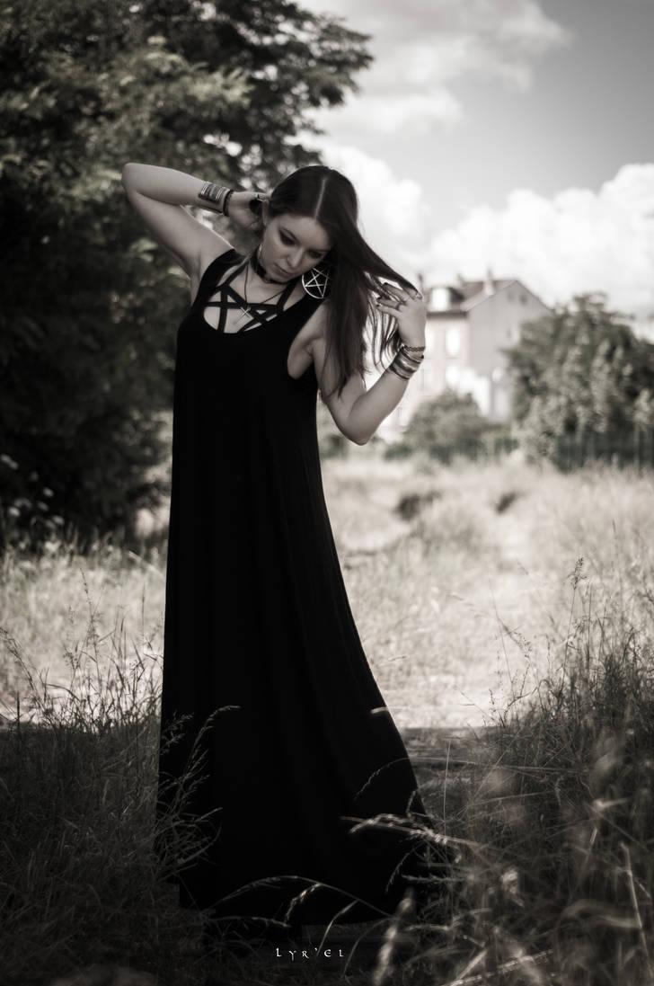 Pentagram Girl by DameTenebra