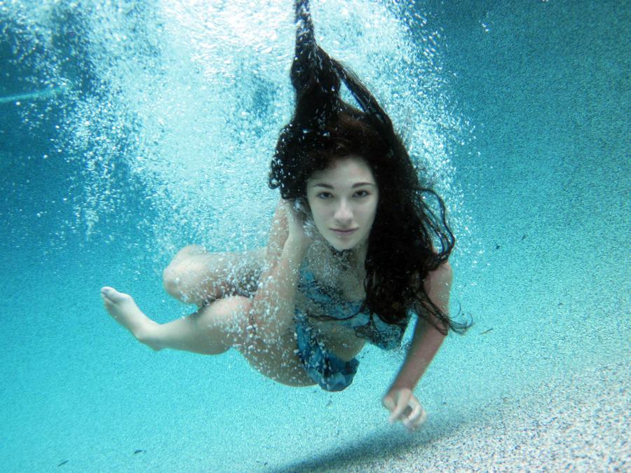 videos of girls underwater